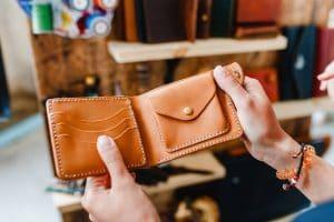Le portefeuille en cuir, un accessoire de mode indémodable