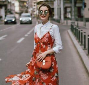 Comment assagir une robe sexy en l'adaptant à l'automne?