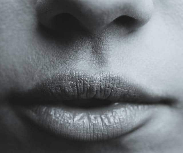 épilation électrique du visage pour se débarrasser du monosourcil et de la moustache