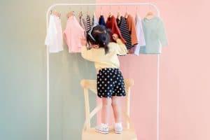 Etiquette vêtement enfant : comment les choisir et les poser ?